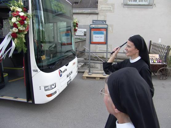 Die Priorin segnet den Bus mit Weihwasser