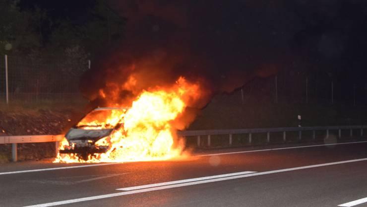 Das Auto brannte auf dem Pannenstreifen vollständig aus.