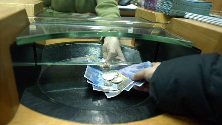 Bargeld am Bankschalter kann bald nur noch in Dietikon bezogen werden - mit zwei Ausnahmen.
