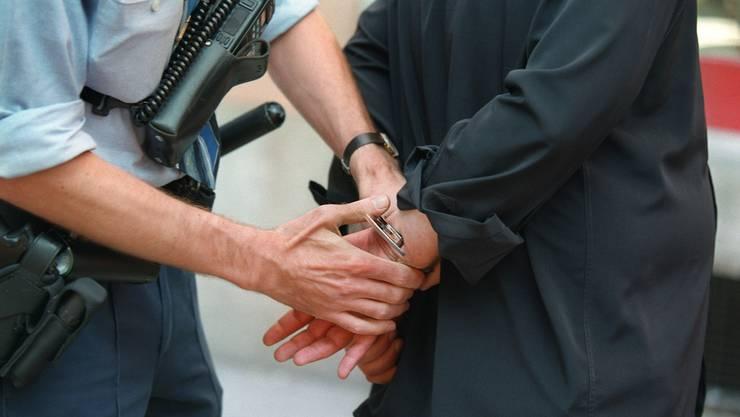 Verhaftung eines Drogendealers in Zürich (Symbolbild).