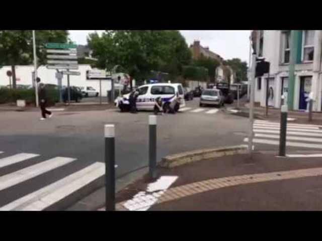 Szenerie Geiselnahme: Polizisten bringen sich vor der Kirche in Stellung.