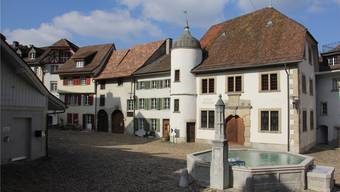 Zwischen dem Gebäude links und dem Hofstatt-Brunnen wird die Linde gepflanzt.