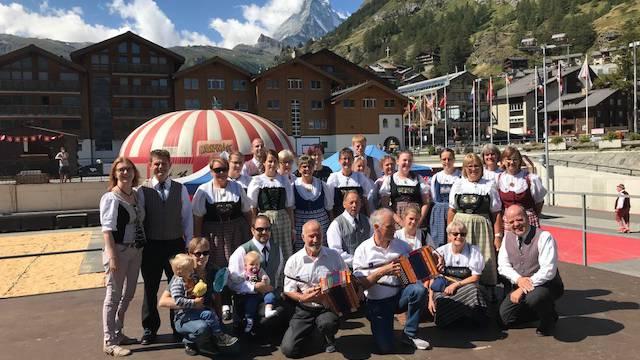 Volkstanzgruppe Eggenwil mit Musiker auf dem Fetplatz vor dem Matterhorn in Zermatt
