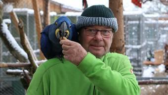Aras sind seine Leidenschaft: Rolf Lanz, Leiter des Vogelparks Ambigua.