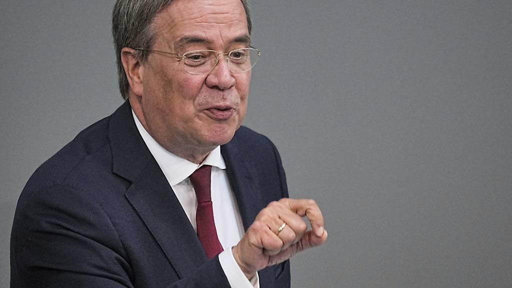 Armin Laschet (CDU), CDU-Bundesvorsitzender und Unions-Kanzlerkandidat, spricht im Plenum im Deutschen Bundestag. Laut Laschet stehe man in Deutschland «an einer Epochenwende». Foto: Michael Kappeler/dpa