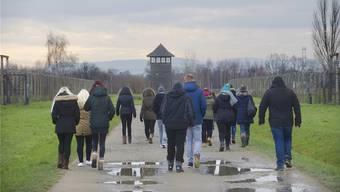 Eine Schulklasse beim Besuch des ehemaligen Konzentrationslagers Auschwitz-Birkenau: Ob solche Reisen obligatorisch werden sollen, ist umstritten.