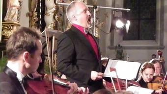 Tino Brütsch, Tenor, bei seinem Auftritt mit dem Kammerorchester Novosibirsk.