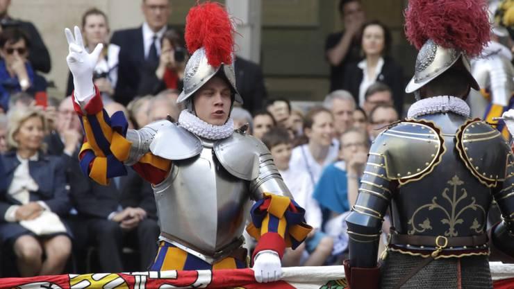 """Neue """"Bodyguards"""" für den Papst: 32 Schweizer - gekleidet in historischer Rüstung - legten im Vatikan ihren Amtseid ab."""
