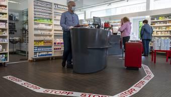 Auch in der Stadt reagieren die Apotheken: Hier Stephane Haller in der Gellert Apotheke in Basel.