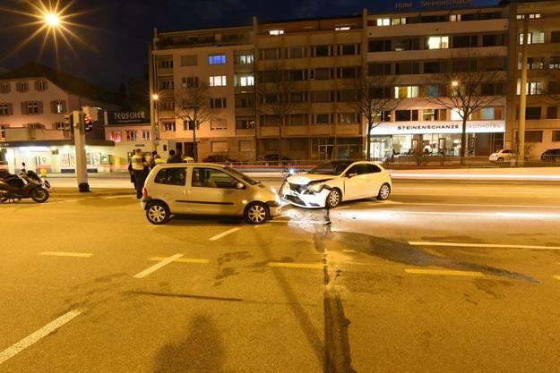 Basel, 19. Februar: Gemäss Aussagen beider Fahrerinnen, habe die Ampel jeweils für sie grün gezeigt. Infolge kollidierten die beiden Autos.