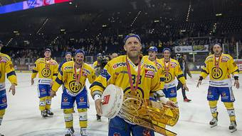 Reto von Arx (vorne) beendet hier mit dem Meistertitel 2015 seine lange Karriere beim HC Davos