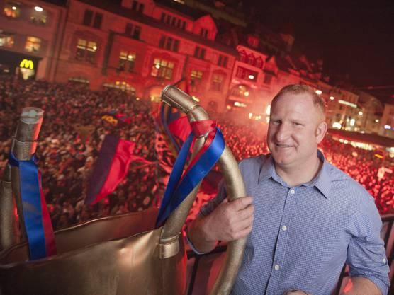 FCB-Coach Heiko Vogel feiert den Meistertitel mit den Fans – und einer Atrappe des Meisterpokals.