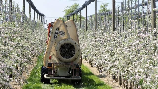 Ein Landwirt im Kanton Thurgau demonstriert den Einsatz von Pflanzenschutzmitteln im Obstbau (Symbolbild)