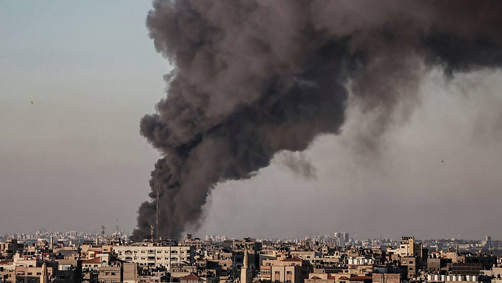 Dichter Rauch steigt nach mehreren israelischen Luftangriffen über den Gebäuden der Stadt auf. Foto: Mohammed Talatene/dpa
