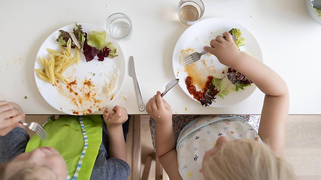 Kinder beim Mittagessen in einer Kindertagesstätte (Kita). In Appenzell Ausserrhoden sollen Eltern bald staatliche Kita-Beiträge erhalten. (Symbolbild)
