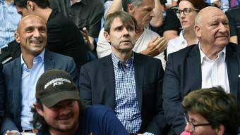 Umgeben von Legenden: Der neue FCB-Präsident Bernhard Burgener (M.) während der Generalversammlung des FCB zwischen Massimo Ceccaroni (l.) und Karl Odermatt.