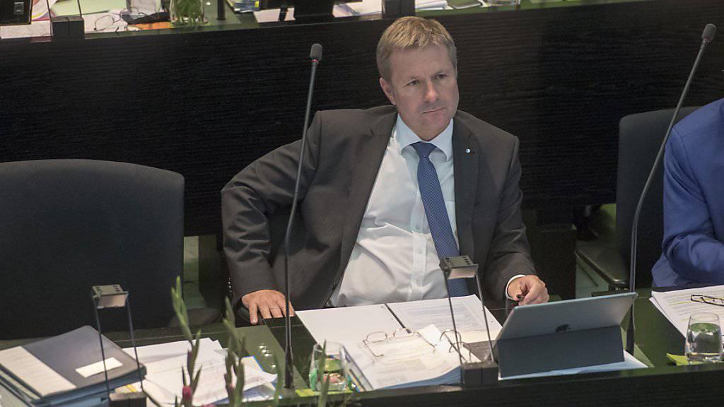 Der Luzerner Finanzminister Marcel Schwerzmann während der Debatte im Parlament - der Kanton hat dank der bürgerlichen Parteien für 2018 einen gültigen Staatshaushalt. (Archivbild)