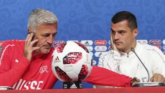 Headcoach Vladimir Petkovic und Granit Xhaka bei der Pressekonferenz am Montagnachmittag in Sankt Petersburg vor dem Achtelfinal gegen Schweden