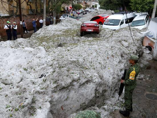 Teile der mexikanischen Stadt Guadalajara liegen nach einem heftigen Hagelschauer unter einer bis zu zwei meter hohen Eisschicht.