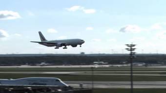 Dieses freche Video hat einen ganz schön harmlosen Titel: «Spektakuläre Landung am Frankfurter Flughafen» hat es Michael Schmidt getauft.