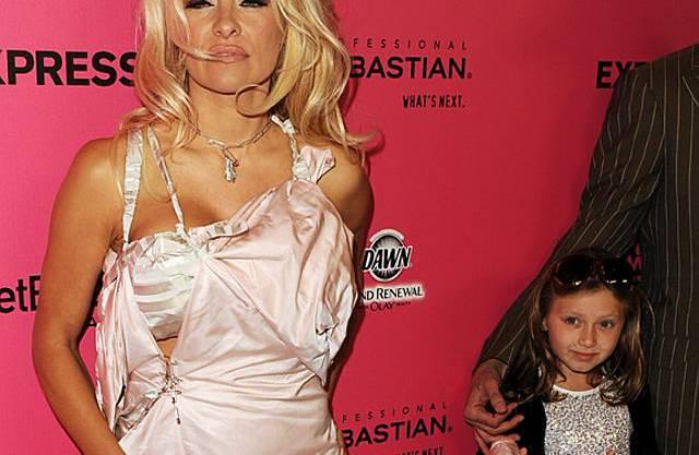 """Pamela Anderson mit ihrer """"Schleppen-Trägerin"""""""