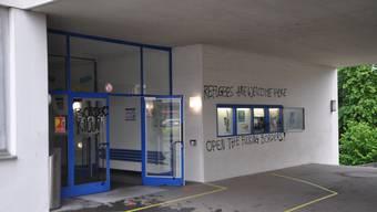 Unbekannte hinterliessen in der Nacht auf Donnerstag Sprayereien am Schulhaus Frohheim in Olten.
