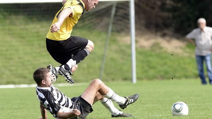 Härkingens Adrian Gyger (linka) im Kampf um den Ball gegen Blustavias Dario Balmer
