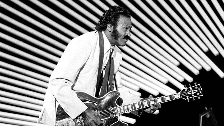 Rock-'n'-Roll-Pionier Chuck Berry demonstriert 1980 seinen berühmten «Duckwalk».AP Photo/Keystone