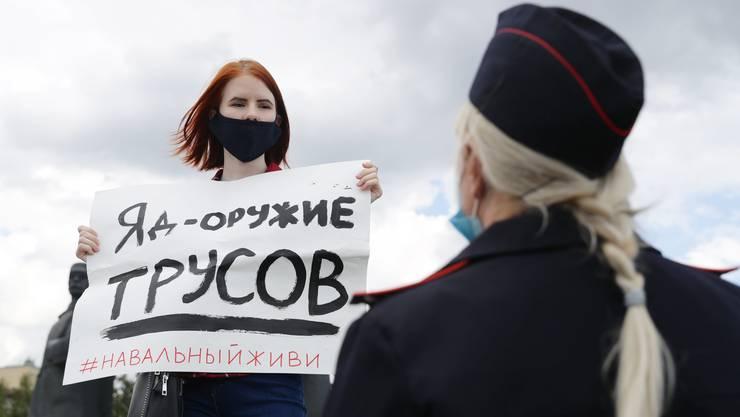 «Gift ist die Waffe der Feiglinge» steht auf dem Plakat der Aktivistin in Nowosibirsk. Sergej Bojko lässt sich nicht leicht einschüchtern. Swetlana Kawersina hat genug vom Stillstand.