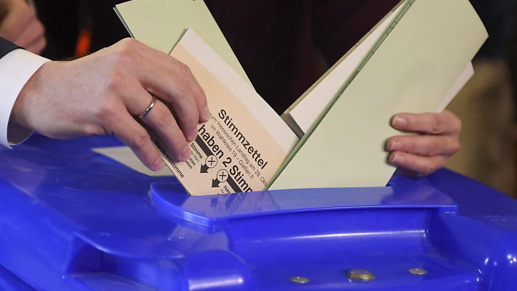 Die Bevölkerung in Hessen wählt ein neues Parlament. Es wird mit einem engen Wahlausgang gerechnet.