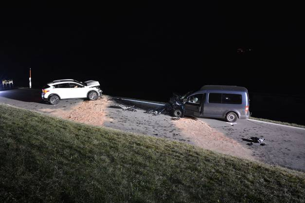 Die beiden Fahrzeuge kollidierten frontal.