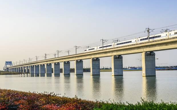 Die längste Brücke der Welt ist die Danyang-Kunshan-Brücke in China. Mit einer Länge von 165 Kilometern würde die Brücke von Basel bis nach Chur reichen. Über sie brausen die Hochgeschwindigkeitszüge, die Schanghai und Peking verbinden, die beiden grössten Städte des Landes. Für die gesamte Strecke von 1318 Kilometern benötigt der Zug gerade mal fünf Stunden.