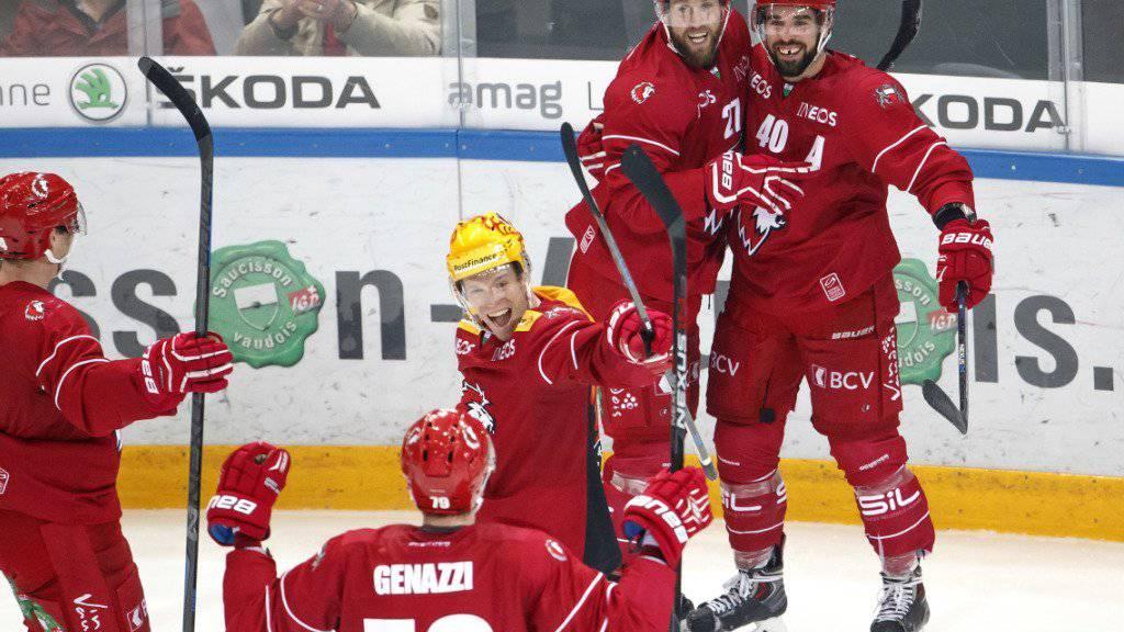 Lausannes Etienne Froidevaux (rechts) jubelt über seinen Treffer zum 3:2 gegen Biel