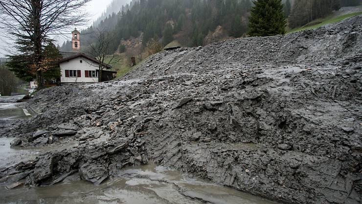 Nach den heftigen Regenfällen in der Nacht zum Sonntag geriet der Hang in Ghirone im Bleniotal (Valle di Blenio) im Tessin wieder ins Rutschen. Bereits früher in diesem Jahr hatte er sich in Bewegung gesetzt (Archivbild vom April).