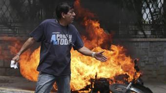 Wutentbrannt durch die Strassen von Caracas: Ein Demonstrant gegen Präsident Maduro wurde am Kopf getroffen und starb im Spital.