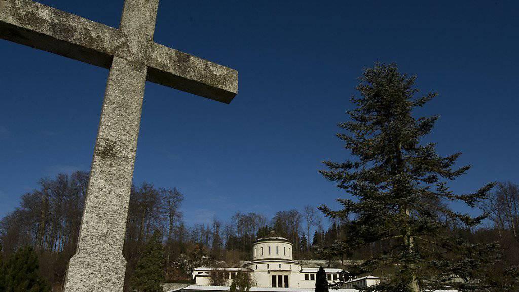 Kreuze als christliche Symbole sind in der Stadt Luzern zum politischen Zankapfel geworden. Aus der Abdankungshalle des städtischen Friedhofs Friedental sollen sie nach dem Willen des Parlaments verschwinden. (Archivbild).