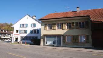 Die Altliegenschaft (rechts) gehört seit Jahresbeginn der Gemeinde,ist Teil einer geplanten Zentrumsgestaltung. SH