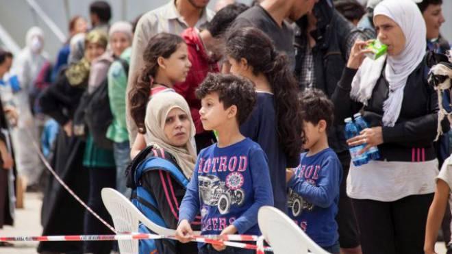 Haben dringend gesamteuropäische Hilfe nötig: Flüchtlinge aus Nordafrika, die von der italienischen Marine im Mittelmeer aufgefischt wurden, kommen in Reggio di Calabria an. Foto: NCO CUFARI/Keystone