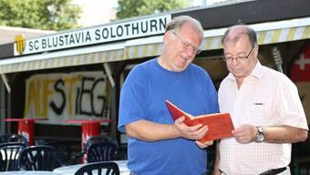 Vereinsarchivar und Coach Thomas Wälti (l.) sowie Präsident Peter Hauser am Schwelgen in Erinnerungen.