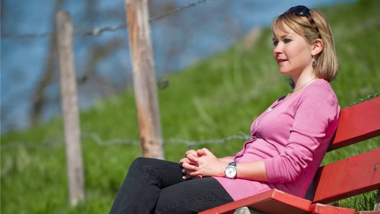 Linda Kleiner sinniert auf einer Bank unterhalb von Schloss Lenzburg über das Leben. Annika Bütschi