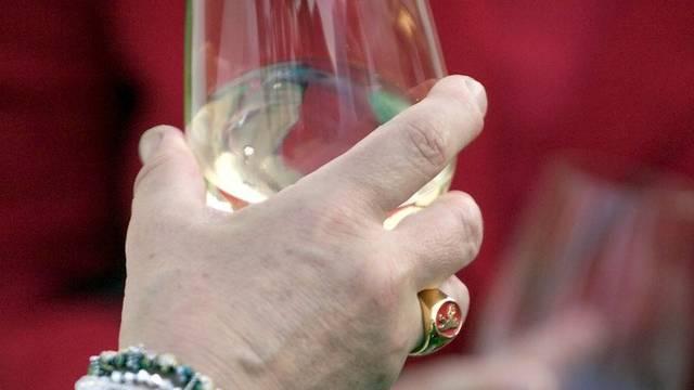 Eine alkoholisierte Grossmusster randalierte während eines Fluges und wurde auch zu Haft auf Bewährung verurteilt (Symbolbild)