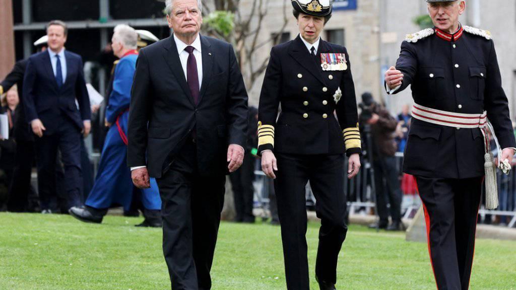 Der deutsche Bundespräsident Joachim Gauck (links), Prinzessin Anne und der Lord Lieutenant von Orkney, Bill Spence, bei der Gedenkveranstaltung zur deutsch-britischen Skagerrak-Seeschlacht von 1916 in Kirkwall auf den Orkney-Inseln (links im Hintergrund: der britische Premier David Cameron).