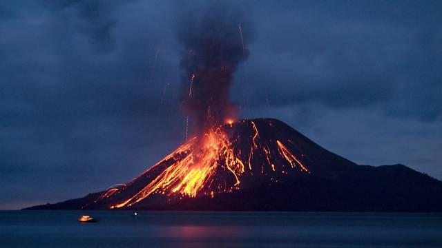 Der indonesische Vulkan Anak Krakatau spuckte bereits am 8. November 2007 Feuer (Archiv)