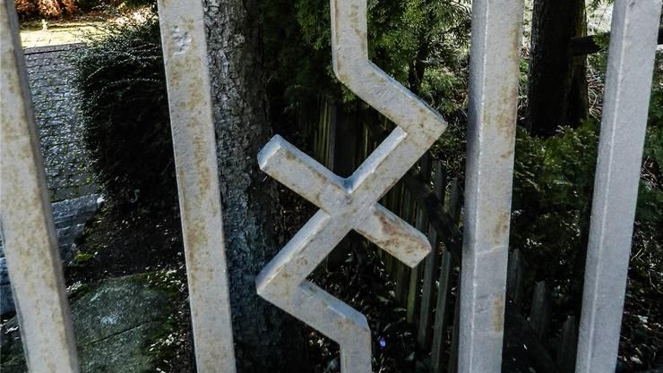 Die früheren Hakenkreuze an diesem Zaun an der Bremgarterstrasse in Wohlen sind längst keine mehr, die ursprünglichen Winkel wurden entfernt. Jörg Baumann