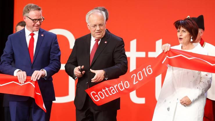 Historischer Moment: Bundespräsident Johann Schneider-Ammann weiht den neuen Gotthard-Tunnel ein. Links SBB-Chef Andreas Meyer, rechts: Doris Leuthard