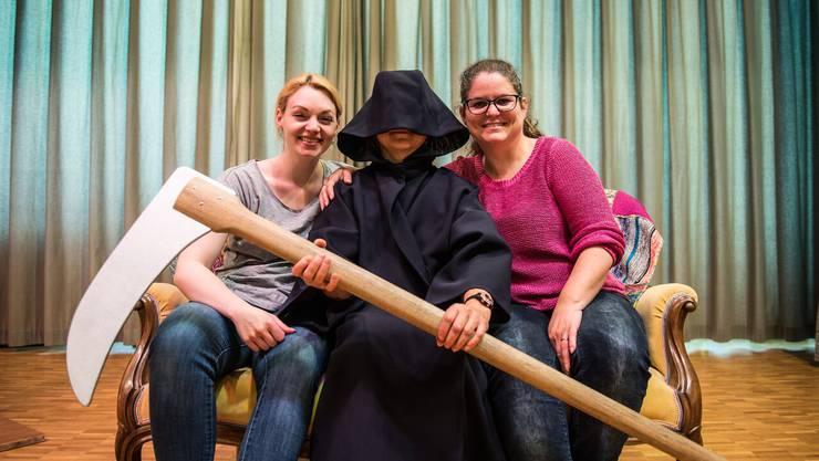 Die Regisseurinnen Nina Kyburz (l.) und Murielle Kälin umrahmen den Tod, der die Hauptrolle in ihrem Stück spielt.