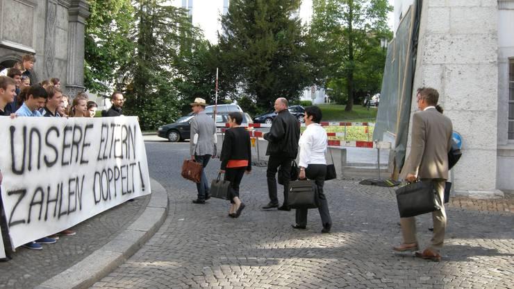 Schüler und Schülerinnen demonstrieren vor dem Parlamentsgebüde für staatliche Beihilfen
