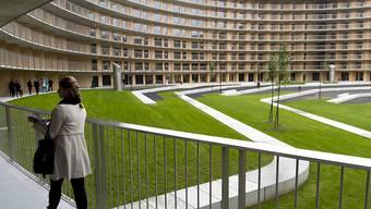 Das Olympische Dorf der JOJ 2020 in Lausanne hat acht Stockwerke und soll rund 1800 Sportlerinnen und Sportler beherbergen. Nach den Spielen sollen die Studios umgenutzt und an rund 1000 Studentinnen und Studenten vermietet werden.