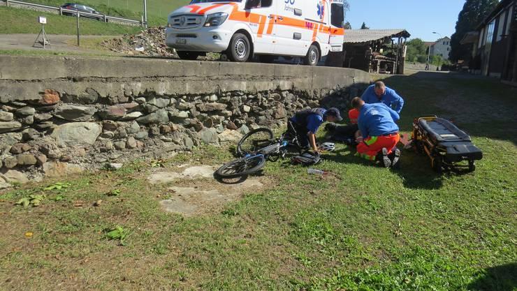 Ein 67-Jähriger stürzte mit dem E-Mountainbike über eine eineinhalb Meter hohe Mauer und verletzte sich dabei schwer.