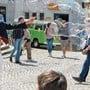 Die gute Laune kehrt in die Stadt zurück: Unterwegs zum Polterabend. Die Strassencafés sind schon wieder gut besucht. Wurde vom Lockdown in der Schweiz überrascht und erfreut jetzt in Solothurn Gross und Klein: Weltenbummler und Strassenkünstler Marcin.